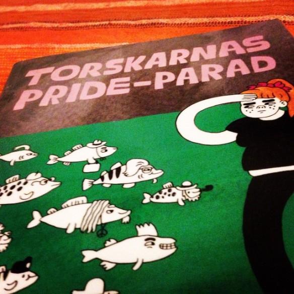 """Instagram media by litteraturmagazinet - Jag trodde att jag skulle ha väldigt svårt för Sara Hanssons """"Torskarnas Pride-parad"""", eftersom jag inte är emot surrogatmödraskap. Men även om jag inte håller med om exakt varenda bokstav så bjöd boken på rejält tankeväckande läsning #politik #serier / #seb_lm"""