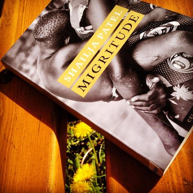 """Instagram media by litteraturmagazinet - Har just läst ut Shailja Patels """"Migritude"""" på en solbelyst parkbänk. Kan verka mysigt, men """"Migritude"""" är inte alla mysig. Det är en bok om kolonialism och rasism. Om kvinnors villkor. Om att växa upp som indiskättad minoritet i ett Kenya märkt av brittisk ockupation. Om att migrera till ogästvänliga vidder. Starkt. Obligatorisk läsning! #hyllning #boktips #politik #antirasism / #seb_lm"""