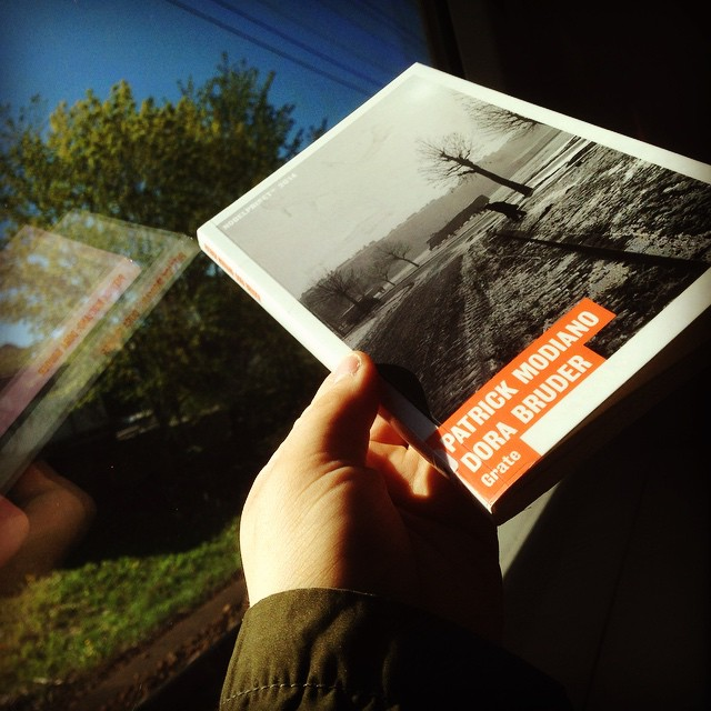"""Instagram media by litteraturmagazinet - Dagens pendelläsning: """"Dora Bruder"""" av Patrick Modiano. Spännande grävande i den mörka europeiska historien. Vad hände egentligen med Dora, en judisk tonårsflicka, under andra världskrigets fasor? #nobelpristagare #romaner / #seb_lm"""