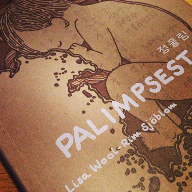 """Lisa Wool-Rim Sjöbloms """"Palimpsest"""" är en angelägen berättelse i speciell och stämningsfull teckningsstil #palimpsest #serier #adoption"""