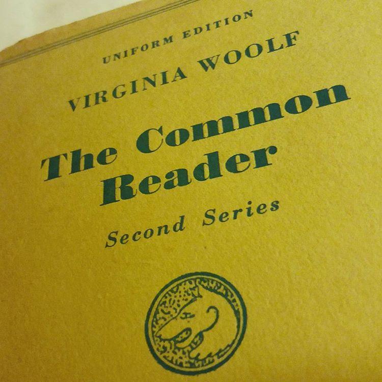 Virginia Woolf var inte bara bra på att skriva romaner. Hennes torra humor gör sig väldigt bra i essäer också! #böcker #litteratur #läsning #woolf #klassiker #essäer