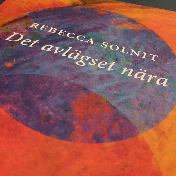 Bästa essäsamlingen! Älskar Solnits sätt att väva ihop livet och världen till en enda berättelse #rebeccasolnit #essäer #böcker #litteratur #läsning